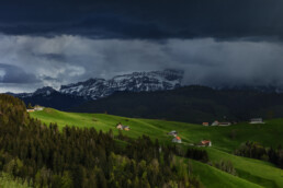 Alpen, Alps, Appenzell Ausserrohden, Appenzellerhaus, Bauerhaus, Berge, Clouds, Frühling, Haus, Schweiz, Schwellbrunn, Spring, Suisse, Switzerland, Säntis, Wolken